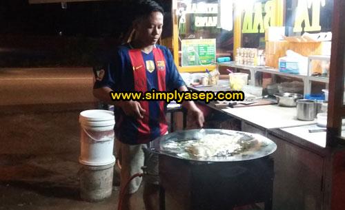 JUALAN : Windu sedang membuatkan martabak pesanan pelanggan setianya. Windu biasa menjajakan gerobak Martabaknya di depan Pura di Jalan Adisucipto.  Foto Asep Haryono