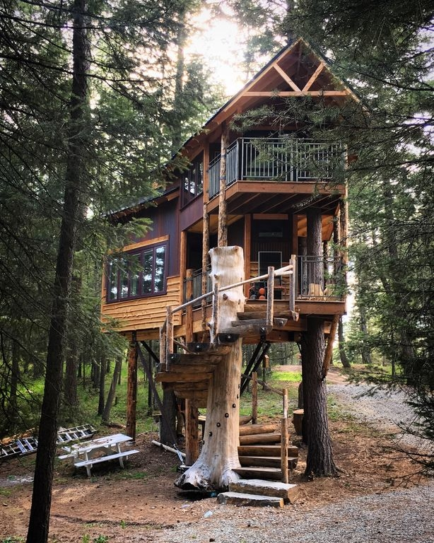12-The-House-in-the-Summer-HomeAway-Montana-Tree-House-close-to-the-Glacier-National-Park-www-designstack-co
