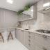 Cozinha estreita contemporânea e clássica, cinza e branca + bancada de refeição rápida!