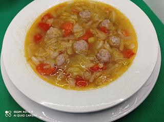 Plato de sopa de repollo con albóndigas