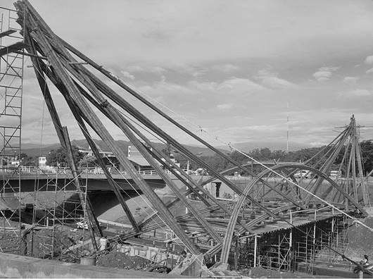 Estructura expuesta, arcos de guadua y tensores