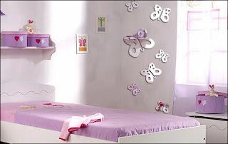 habitación decorada con mariposas