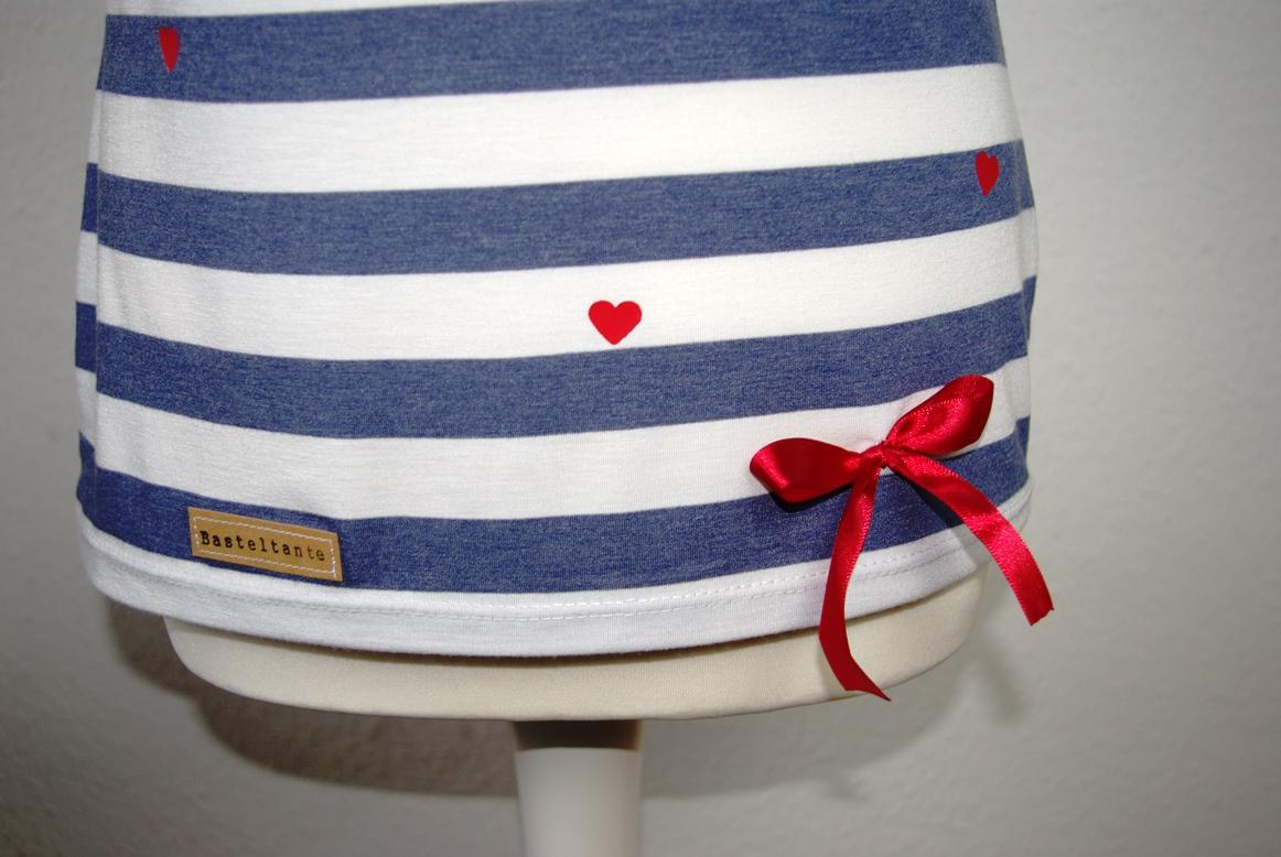 Details Saum - Kimonotee von MariaDenmark aus blau weiß gestreiften Jersey mit roten DIY Herzen aus Plotterfolie Nähblog