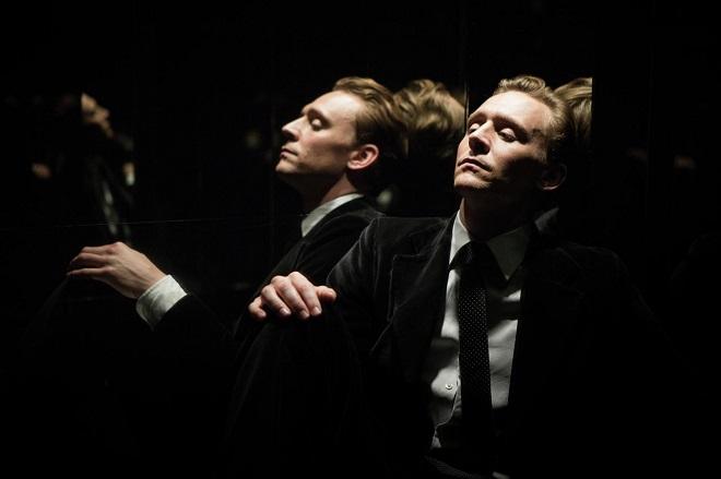 Tom Hiddleston sitzt im Aufzug.