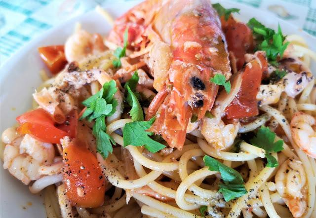pasta gamberi calamari gamberoni pomodori prezzemolo
