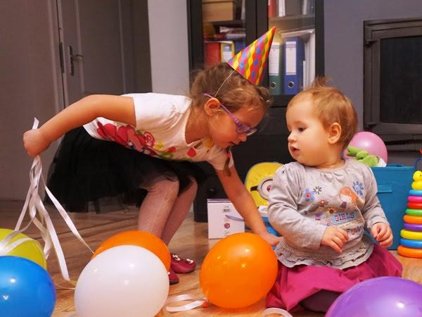 Zosia i Hania - siostry w trakcie zabawy sylwestrowej