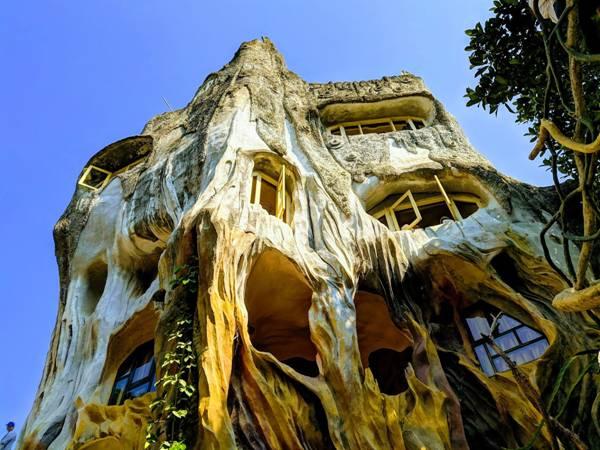 فندق البيت المجنون، وكأنه لسكن الجنيات والأقزام كما في القصص الخيالية