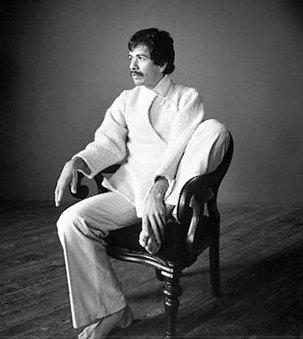 Foto de Carlos Santana en blanco