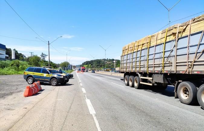 PRF flagra caminhão com sistema de Arla adulterado por chip