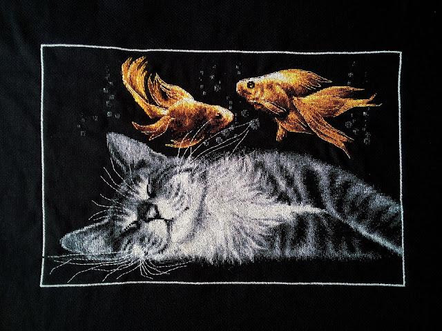 вышитый спящий кот