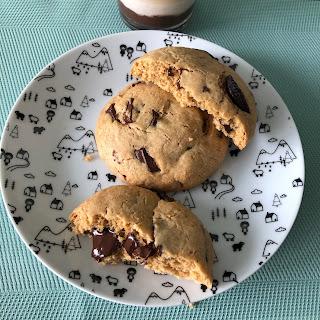 Maxi cookies aux pépites de chocolat fondantes sur assiette