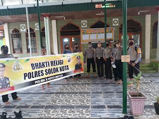 Agar Masyarakat Nyaman Beribadah, Personel Polsek X Koto Diateh Bersihkan Masjid di Tanjung Balik