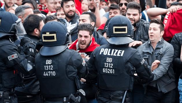«Λίστες θανάτου» στην Ευρώπη από τους Γκρίζους Λύκους του Ερντογάν
