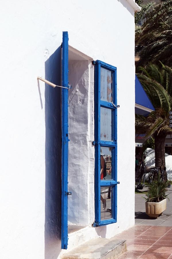Blog + Fotografie by it's me! - Reisen - La Isla Blanca Ibiza, Santa Eularia - Spiegeltüren mit Reflectionen
