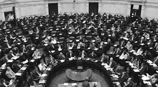 """Macri insistió en que el acuerdo terminará con la inflación y el """"aislamiento"""" del país del resto del mundo. La sesión comenzará al mediodía y se espera que continúe hasta la madrugada. Cambiemos saca cuentas para conseguir votos."""