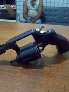 Policiais do 4º BPM prendem homem com revólver durante Operação Cidade Segura em Duas Estradas