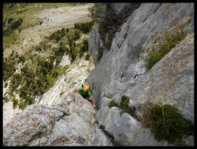 Escalando en la vía Valle de Tena a la Foratata Oriental
