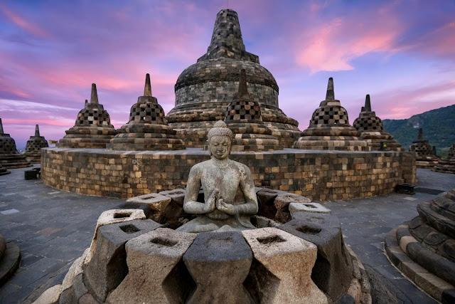 Chùa Borobudur nằm tại trung tâm Java là ngôi chùa Phật giáo lớn nhất thế giới. Nơi đây được UNESCO công nhận là di sản văn hóa vào năm 1991 và thêm vào danh sách 7 kỳ quan thế giới vào năm 2007. Ngôi chùa khổng lồ được xây vào thế kỷ thứ 8, bao gồm nhiều tượng Phật cổ kính. Đây cũng là địa điểm được tham quan nhiều nhất tại Indonesia. Điểm nổi bật của Borobudur là hàng nghìn pho tượng Phật miêu tả cuộc sống thường ngày của người Indonesia.