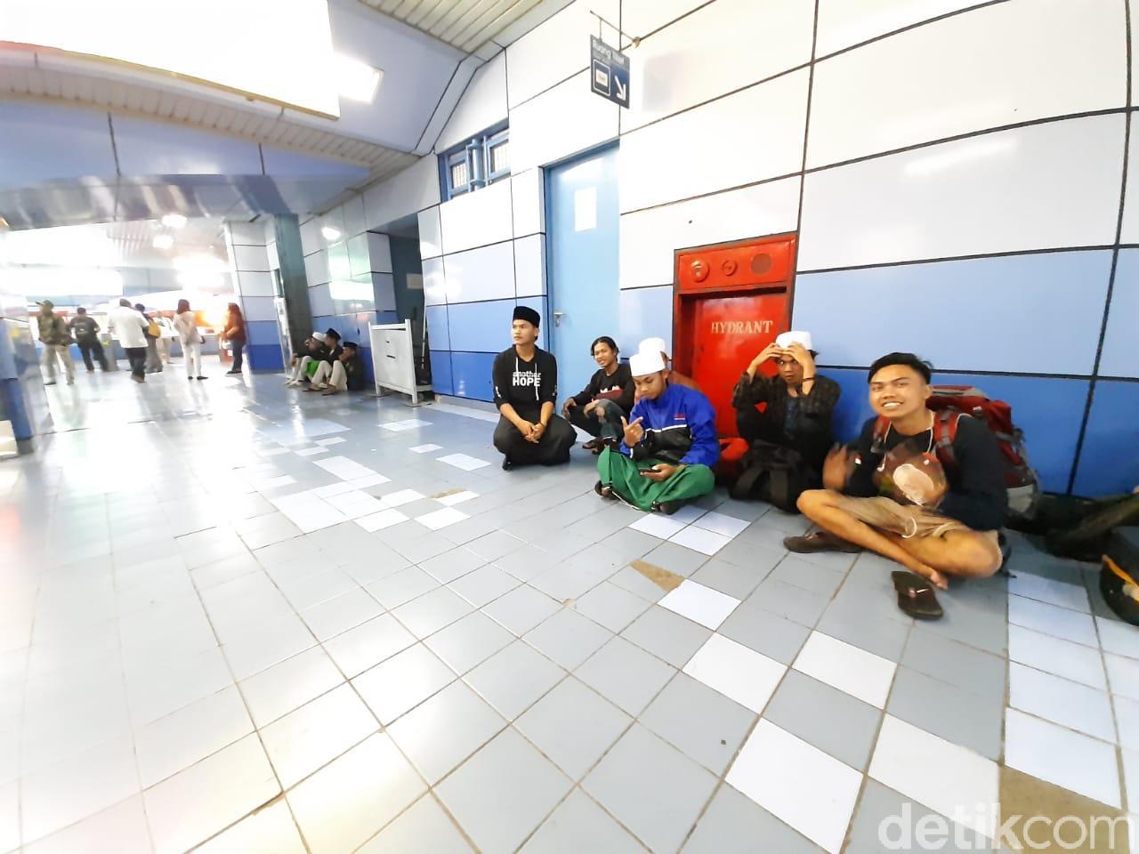 Malam Ini, Massa Reuni 212 Mulai Berdatangan via Stasiun Juanda
