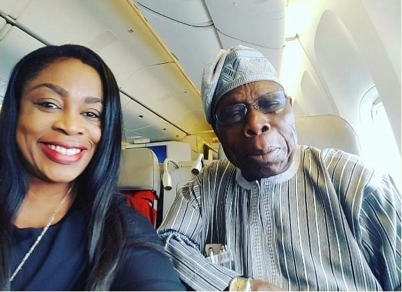 Nigerian Gospel Singer, Sinach Meets Obasanjo On Plane, Takes Selfie With The Ex-president