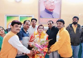 पीथमपुर नगर पालिका अध्यक्ष को बधाई, प्रदेश में सातवें देश में 23 वे स्थान पर आने पर दी बधाई
