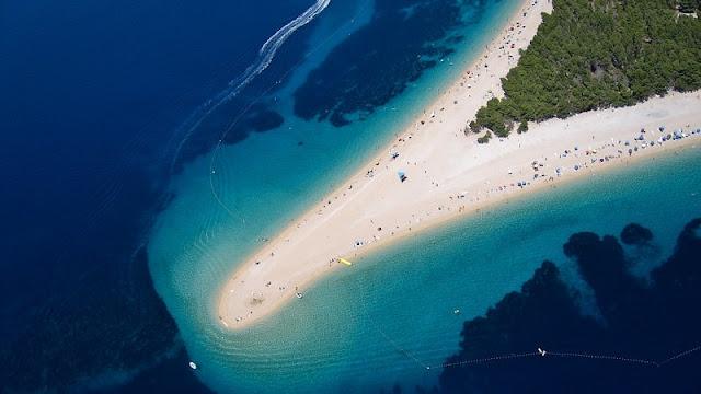 Pantai unik dan indah Zaltni Rat di Brac Island tampak dari atas