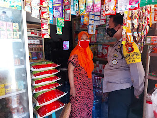 Awasi Penerapan Prokes, Bhabinkamtibmas Melayu Baru Blusukan di Pasar