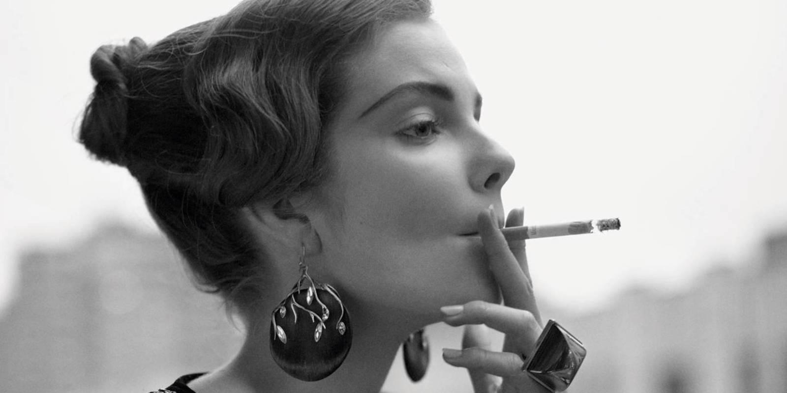 Девушки курят сигареты в тонких