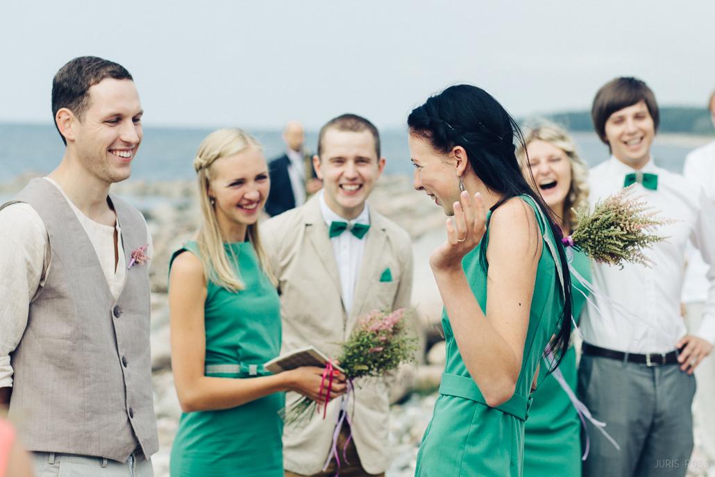 vienādas krāsas kāzu kleitas