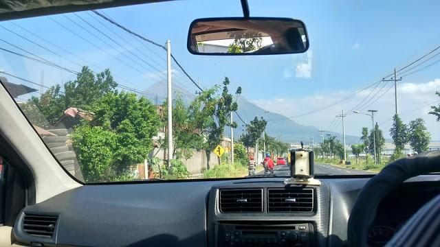 gunung-dalam-mobil