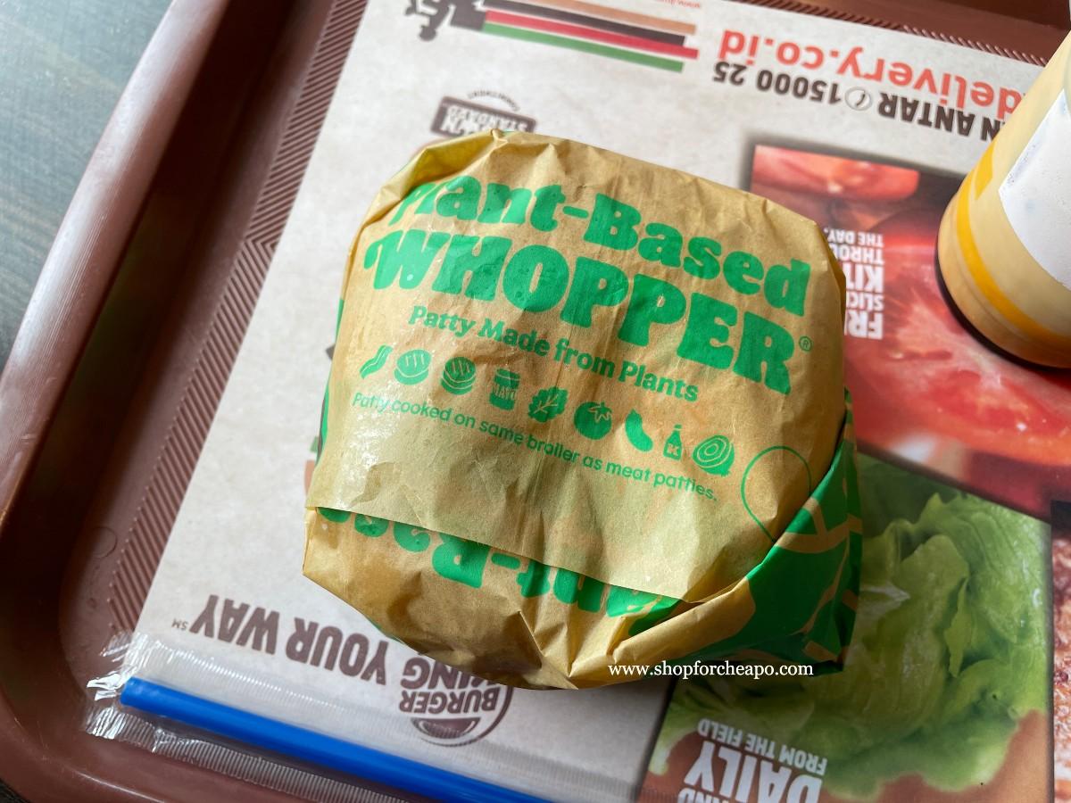 plant based whopper dibungkus dengan bungkus penuh tulisan plant based