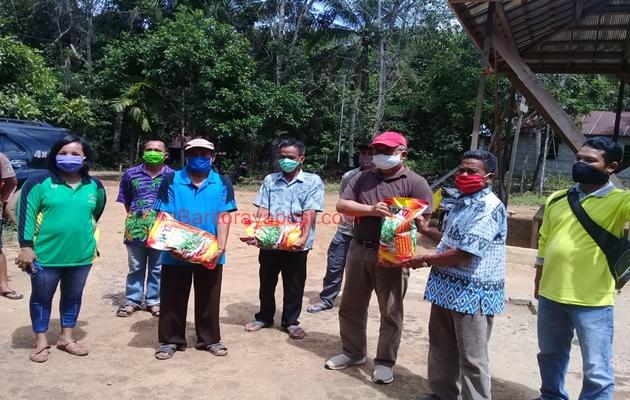 Kepala Distan Bartim Terjun Langsung Pantau Desa dan Berikan Bibit Jagung untuk Poktan