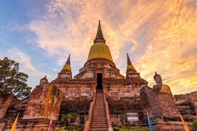 Nếu so về quy mô của công trình, Wat Ratchaburana chỉ là một ngôi chùa nhỏ, nhưng tích truyện xây lên chùa lại là một hành trình ngược dòng lịch sử về năm 1424, khi vua trị vì Ayutthaya thời bấy giờ là Intharacha (1409 – 1424) qua đời, hai người con lớn Chao Ai Phraya và Chao Yi Phraya giao tranh để tranh cướp ngai vàng.     Cả hai đều tử nạn trong cuộc chiến ấy, con thứ 3 của vua Intharacha là Chao Sam Phraya được tôn lên làm vua, lấy hiệu Borommaracha II, và cho xây hai bảo tháp cùng ngôi chùa Wat Ratchaburana để tưởng nhớ hai người anh của mình.