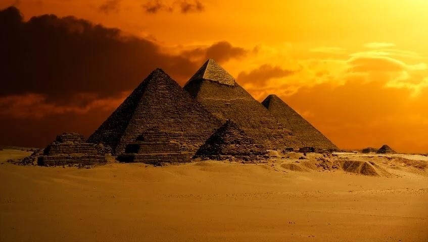 Piramitler, eski Mısırlıların firavunları ve kraliçeleri için inşa ettikleri piramidal yapılardır.