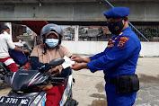 Putus Mata Rantai Covid-19, Satpolairud Polres Pandeglang Bagikan Masker Secara Gratis
