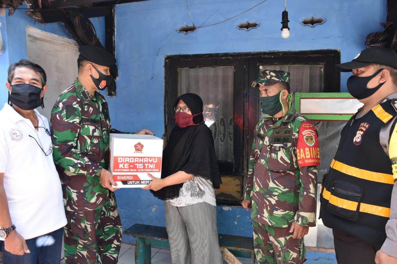 Kaskogartap II Serahkan Paket Sembako HUT Ke-75 TNI di Bandung