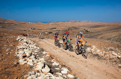 Photo of people biking to El Cotillo, Fuerteventura