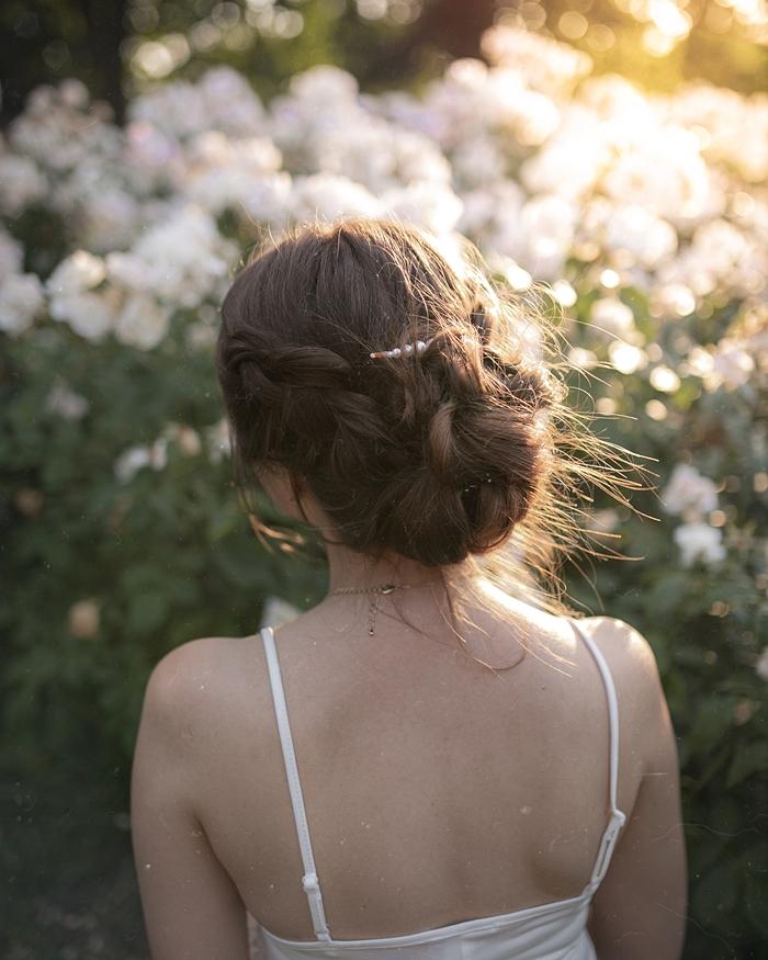 spięte długie włosy