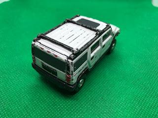 HUMMER H2 のおんぼろミニカーを斜め後ろから撮影
