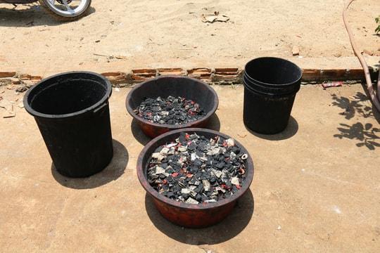 Cận cảnh chế biến cà phê độc hại từ tạp chất và than pin - Ảnh 2.