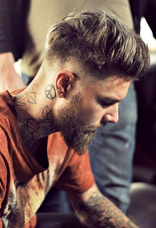 tatuagem masculina no pescoço