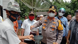 Kapolres Batubara AKBP Ikhwan Lubis SH MH Bagikan Pupuk Asap Cair Kepada Petani