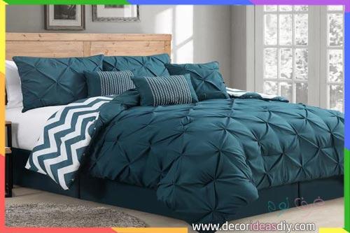 سرير نوم بمفارش تركواز مع جدار رمادي