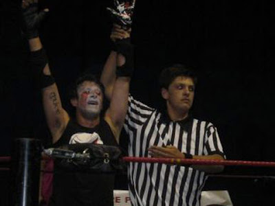 Psycho Mike con Jhonny Puttini (immagine da icwwrestling.it)