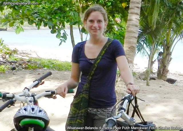 Naik sepeda gunung ke pantai pasir putih Manokwari