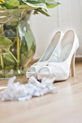 Fotografía de liga y zapatos de novia