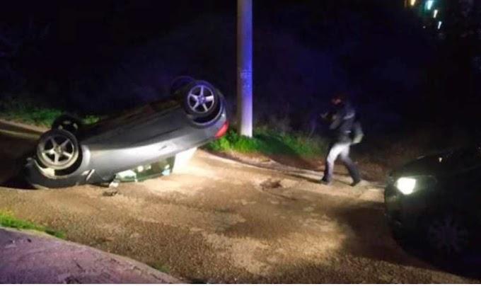 Αρτέμιδα: Αυτοκίνητο έπεσε πάνω σε μάντρα σπιτιού και ανετράπει