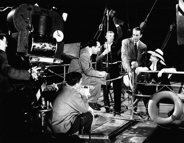 Foto dos bastidores do filme A Estranha Passageira, de 1942.