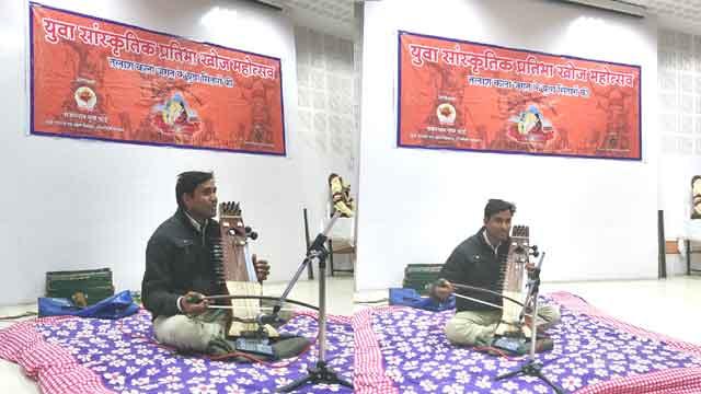 ग्रामीण क्षेत्र से उभरता सारंगी वादक मुकेश कुमार राणा