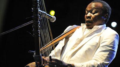 El músico guineano Mory Kante durante una actuación (2008)